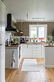 Küche in klassischem Landhausstil mit weißer Front
