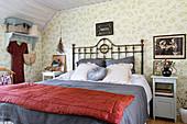 Pretty floral wallpaper in bedroom