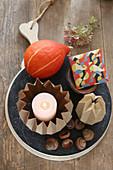 Herbstdeko mit Origami-Kerzenständer, Kürbis und Briefumschlag