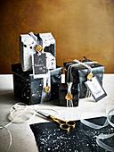 Geschenkpapier und Geschenke