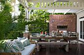 Gedeckter Tisch auf der sommerlichen Veranda im amerikanischen Stil