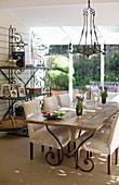 Essbereich im Landhausstil mit Holztisch und cremeweißen Hussenstühlen