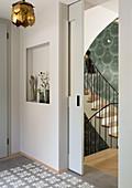 Blick durch offener Schiebetür ins Treppenhaus