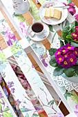 Primeln, Tee und Kuchen auf frühlingshaftem DIY-Palettentisch,