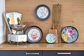 DIY-Wanddekoration aus Backformen mit Blumentapete und alte Küchenwaage