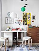 Hocker aus recyceltem Holz und Vintage-Möbel im Kinderzimmer
