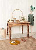 Alter Holztisch im Kinderzimmer in Naturtönen