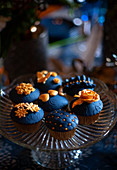 Perfekt dekorierte Cupcakes mit Topping in Dunkelblau und Gold