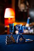 Plätzchen in Torten- und Herzform an blauen Gläsern