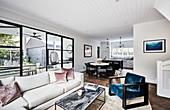 Wohnraum im modernen amerikanischen Stil mit Gartenzugang