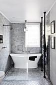 Elegantes Bad in Grau, Schwarz und Weiß mit freistehender Badewanne