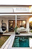 Swimming Pool im Garten am Haus im Amerikanischen Stil