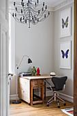Home-Office im Altbau mit Klapptisch und Schmetterlingbildern