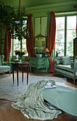 Antikmöbel in grünem französischem Salon
