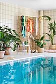 Exotische Deko mit Zimmerpflanzen in einem Schwimmbad