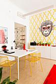 Essecke in Büroraum mit origineller Wandtapete mit Affenmotiv