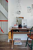 Alter Schreibtisch mit Deko im Vintagestil