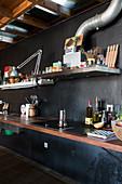 Küche mit schwarzer Wand im Loft