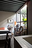 Schlafzimmer mit Doppelbett und Bad Ensuite