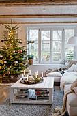 Weihnachtsbaum im gemütlichen Wohnzimmer im Landhausstil