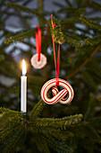 Weihnachtsbaumanhänger in Brezelform