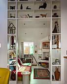 Regal mit Skulpturensammlung im Durchgang zum Wohnzimmer