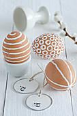 Ausgeblasene braune Eier mit weißem Muster
