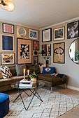 Bildergalerie überm Sofa im Wohnzimmer in gedeckten Farben