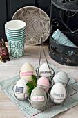 Mit Zeitungsausschnitten beklebte Eier in Naturtönen