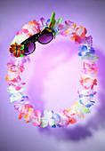 Sommerstimmung mit Hawaii-Blumenkette und Sonnenbrille