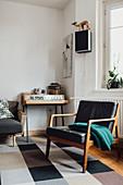 Retro-Sessel im Wohnzimmer in Grautönen mit Vintage-Deko