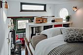 Blick vom Bett auf der Zwischenebene im Tiny House