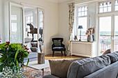 Klassisches Wohnzimmer mit Flügeltür im Altbau