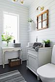 Kleines Badezimmer im Landhausstil mit weißer Bretterwand