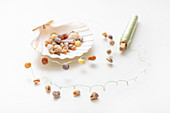 Instructions for making delicate garland of wire and small seashells