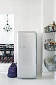 Retrokühlschrank und Metallkörbe am Durchgang zum Esszimmer