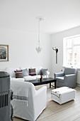Klassisches Wohnzimmer in Weiß und Grau