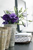 Violette Japanrosen in einem Metallbecher