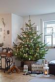Geschenke und Krippe vorm Weihnachtsbaum im Korb