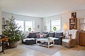 Wohnzimmer im Landhausstil mit Weihnachtsbaum im Korb