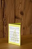 Selbstgebastelte Weihnachtskarte mit Papiermotiv aus Notenblättern