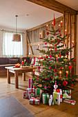 Verpackte Geschenke unterm Weihnachtsbaum