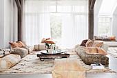 Wohnzimmer mit Bodenkissen und Teppich im orientalischen Stil