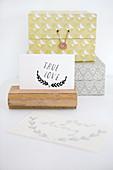 Postkartenhalter aus Altholz und zwei Boxen mit Retromuster