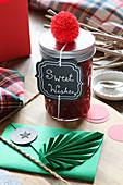 Schraubglas mit Etikett als Geschenk mit roter und grüner Deko