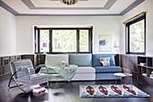 Sofa mit verschiedenen Blau- und Grüntönen im Wohnzimmer