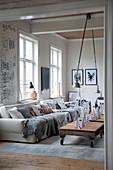 Gemütliches Wohnzimmer in Grautönen mit Palettentischen