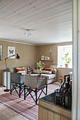 Regiestühle im Wohnzimmer in Naturtönen