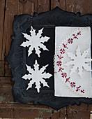 Selbstgebastelte Schneeflocken-Anhänger aus Modelliermasse