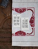 Weihnachtliche Deko-Anhänger aus Modelliermasse mit Schriftzug